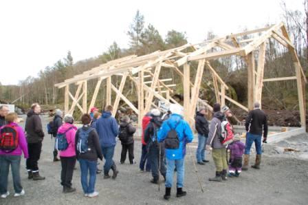 På Grobo bygges reisverk for driftsbyggning etter gammel lokal og velbrukt metode.