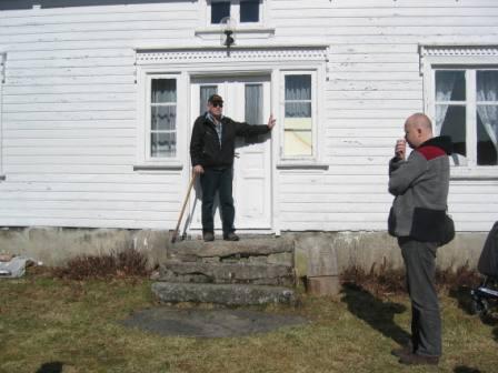 Harald Johannessen og Frans Arne Stylegar forteller om formasjoner av store steiner, gardstun, første bosetting på Dåreid.