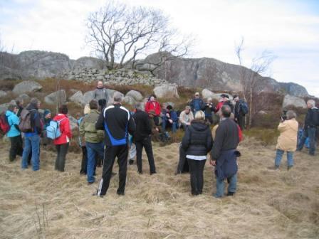 Stylegar forteller om gravplassene. Her sees en, og til venstre i bildet er det 3 – 4 til.