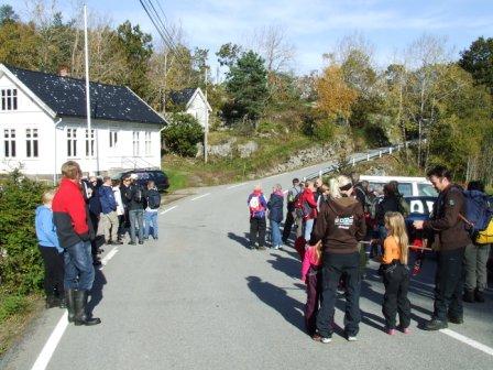 Turen startet fra Spind kirke: 10. oktober kl. 1300. Fra kirken gikk turen til Geirokrossen, Gommelia og skytebanen. Spind kommunelokale sees i bakgrunnen.
