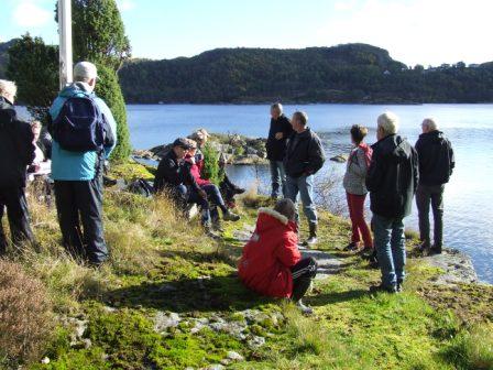 Matpause og rast i Strånna. Bak i bildet sees Vellingkjelda, Grønntorva og Helle.