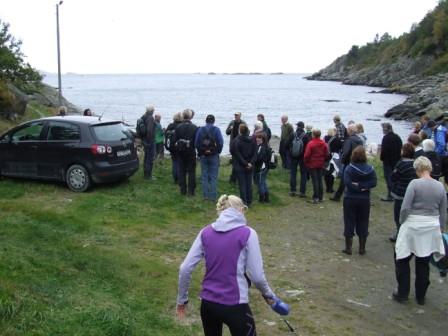 Vi fortsatte stien til venstre i bildet, forbi havna. Tok en matpause i kanten av Migermyr, før vi fortsatte over myrene, og videre «langs» sjøen til Sandvika. Omkring 55 personer deltok på turen. Mildt behagelig og fint høstvær, noe skyet (ikke regn).