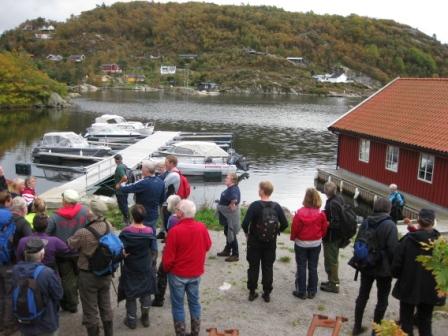 Turen fortsatte ut til fylkesveien, kjerrevei over til Lyngsvåg, hvor bildet over er tatt, vider på kjerrevei/sti over til Skremmestø og til Skarstein.