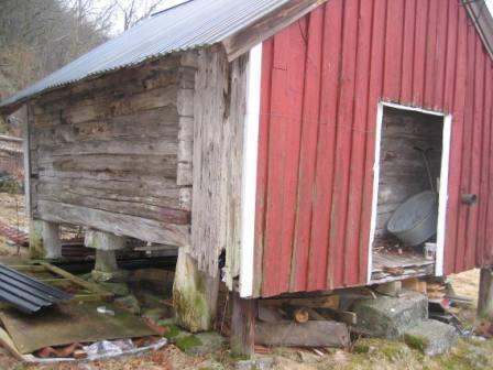 Stabburet, som sansynligvis er det eldste i Spind, står i nærheten av eldre bosettingsområde.