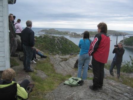 Vakthytta til venstre, utskikt mot sør-øst over Sæli og Markøy med gammelt kullfyr. Tidliger var begge øyene bebodd, men nå ingen, kun sommergjester i Sæli.